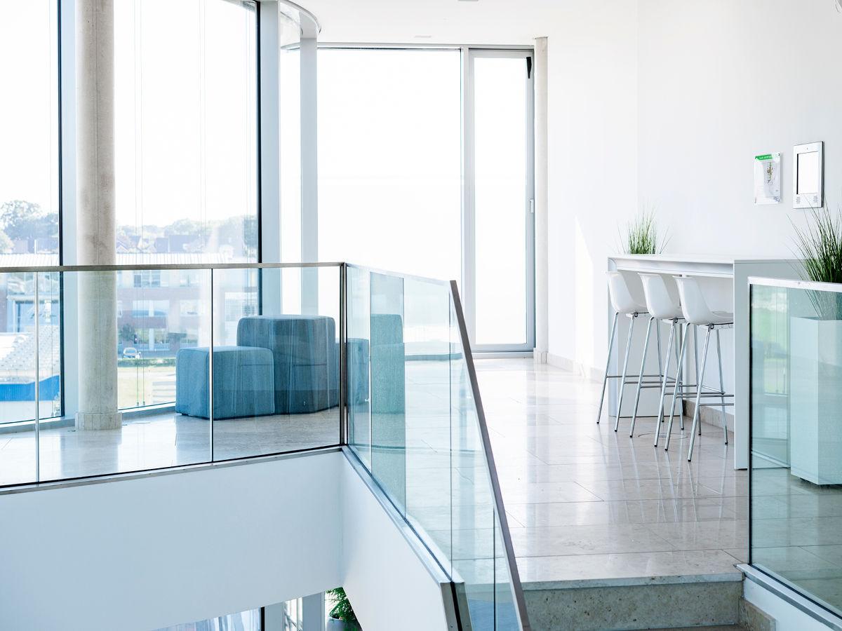Das Treppenhaus im Coworking Space Haren ist mit geschmackvollen Möbeln von PALMBERG bestückt.