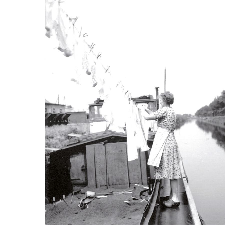 Historisches Bild: Frau hängt Wäsche auf Leine (Gebr. Brill Substrate, Georgsdorf)